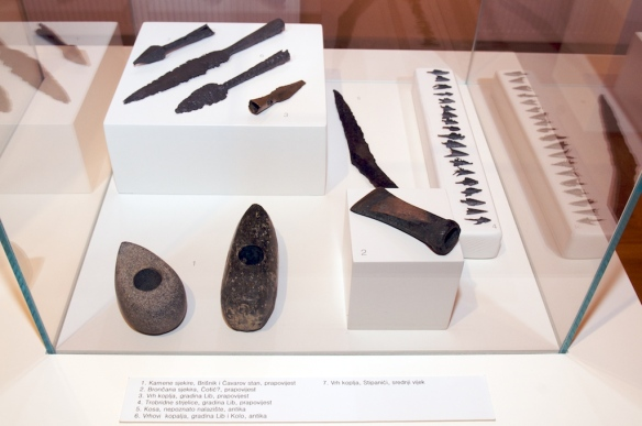Kamene sjekire, kelt, koplja, bodež i strelice iz postava arheološke zbirke