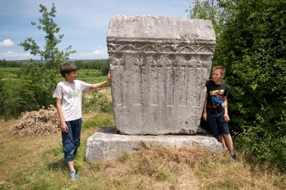 Ukrašeni sljemenjak na sjevernom dijelu nekropole u Služnju