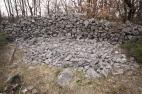 Primjer devastacije kamenog plašta tumula u svrhu izgradnje suhozida privatnog posjeda