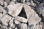 Primjer devastirane grobne cjeline, razbijena poklopnica brončanodobnog tumula