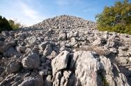 Južni bastion smješten je na najvišoj visinskoj točci, uz nejga je integriran južni fortifikacijski bedem, Veliki Žuželj Miletina