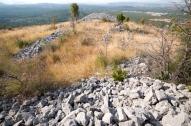 """Središnji prostor """"akropola"""" između dva bastiona zaštićen bočnim zidovima, gradinsko naselje V.Žuželj"""