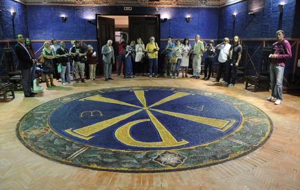 Novinari u obilasku Viminaciuma, prostor domusa uređen mozaikom s motivom Konstantinovog monograma.