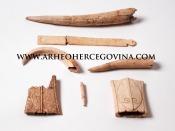 Koštani predmeti pronađeni tijekom arheoloških istraživanja na lokalitetu Gračine, sada u Arheološkoj zbirci, Franjevačkog muzeja na Humcu.