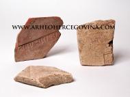 Primjerci crijepa s pečatima koji su pronađeni na rimskom kompleksu Gračine, sada u Arheološkoj zbirci, Franjevačkog muzeja na Humcu.