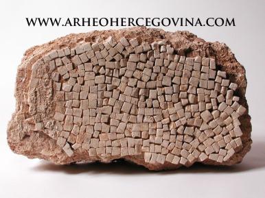 Tijekom arheoloških istraživanja na Gračinama je pronađeno preko 3000 kockice mozaika, koji su krasile rimske podnice.
