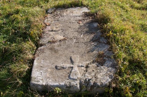 Srednjovjekovni nadgrobni spomenik u obliku ploče s motivom križa.