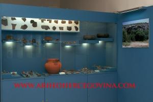 Stalni postav artefakta pronađenih tijekom arheoloških istraživanja u Ravlića pećini, Drinovci.