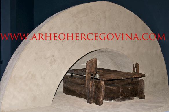 Rekonstrukcija tumula i izvorna grobna cjelina iz Pustopolja u Kupresu.