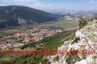 Pogled na dolinu rijeke Trebižat i Crno brdo prema Ljubuškom polju.