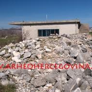 Istočni dio bedema s napuštenim vojnim objektom.
