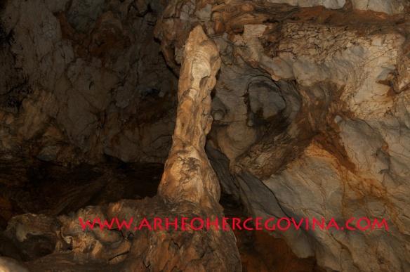 Unutrašnjost druge prostorije Šabića pećine sa velikim stalagmitom
