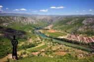 Pogled s Kosmaja na naselje Žitomislići i kanjon Neretve prema sjeveru.