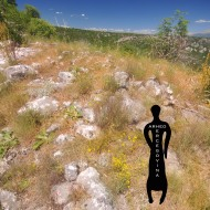 Ruševine središnjeg objekta, utvrda Kosmaj, južni bedem označen crvenom linijom na slici.