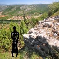Ostaci masivnog bedema sa sjeverne strane rimske utvrde na Kosmaju.