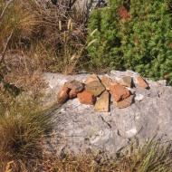 Uokolo rimske utvrde Kosmaj nalaze se brojni površinski nalazi ulomaka rimskog crijepa (tegula).