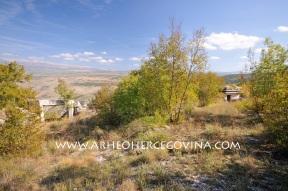 Ostatci bunkera na gradinskom lokalitetu Ograđ na brdu Kvanj
