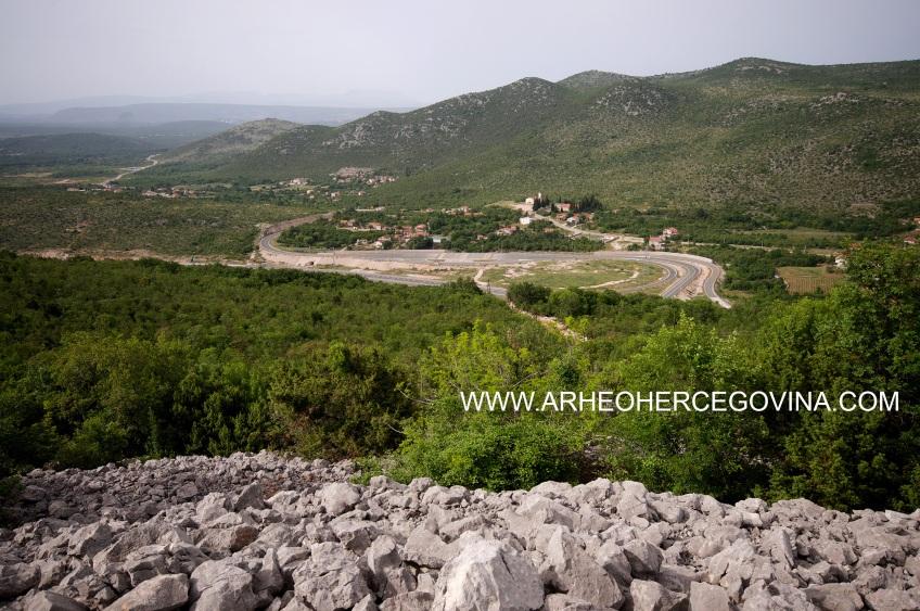 Pogled s gradine Osoje na izlaz autoputa Zvirovići, Čapljina.