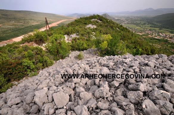 Pogled prema Neretvi, Hutovu i Hotnju. S lijeve strane izgradnja nove dionice autoputa prema Počitelju.